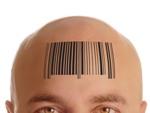 Homme avec un barre-code d'imprimé sur le front
